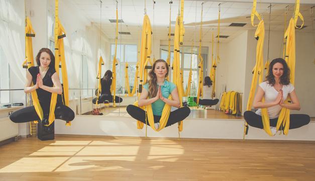 ¡Desafía la gravedad y baja de peso practicando fly yoga!